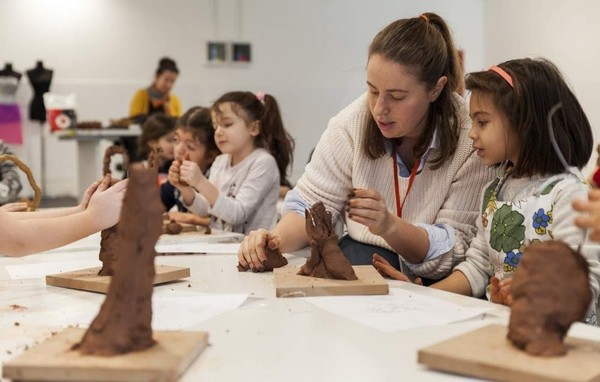 Children will develop their imagination with natural materials at the ʺMud Sculpturesʺ workshop.
