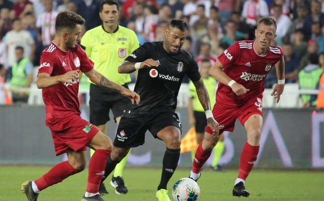 Ricardo Quaresma of Beşiktaş in action against two Sivasspor players, Aug. 17, 2019.