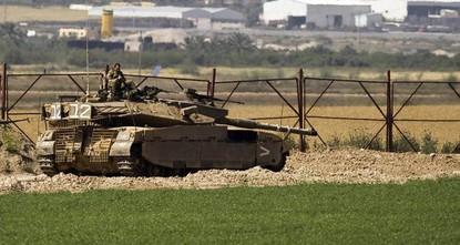 أعلن الجيش الإسرائيلي، مساء السبت، إصابة 4 من جنوده، بينهم اثنان في حالة خطرة، إثر انفجار عبوة ناسفة ضد دورية عسكرية تابعة له، على الحدود بين إسرائيل وقطاع غزة.  وقال الجيش، في بيان، إن