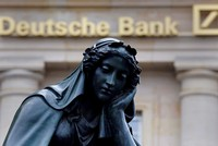 Die Kapitalerhöhungspläne der Deutschen Bank haben die Anleger vergrätzt. Die Aktien von Deutschlands größtem Geldhaus stürzten am Montag um bis zu6,9 Prozent ab und markierten ein Drei-Wochen-Tief...