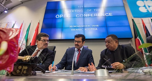 (L-R) Chairman of the OPEC Board of Governors Mohamed Hamel, OPEC President Qatar's Energy Min. Mohammed bin Saleh al-Sada and OPEC Sec. Gen. Mohammad Barkindo (R) attend the 171st meeting of the OPEC in Vienna, Austria, Nov. 30, 2016. (EPA Photo)