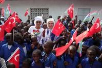 السيدة الأولى تفتتح مسجداً ومدرسة في دولة غامبيا الأناضول