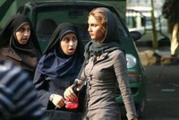 اعتقلت السلطات الإيرانية، 29 شخصا احتجوا، ضد قانون يجبر النساء على ارتداء الحجاب.  وذكرت وكالة أنباء