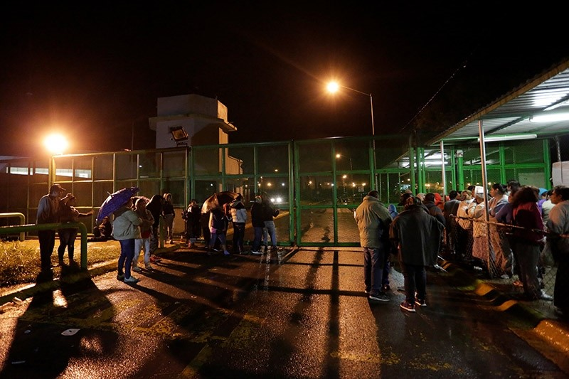 Relatives of inmates wait for news of their loved ones outside the Cadereyta state prison after a riot broke out at the prison, in Cadereyta Jimenez, on the outskirts of Monterrey, Mexico October 10, 2017. (Reuters Photo)