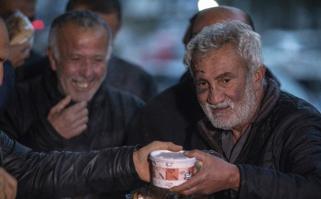 Philanthropist in Ankara offers hot soup, tea to the homeless
