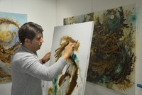 Ein iranischer Künstler erschafft eine neue Art von moderner Kunst, indem er mit türkischem Mokka Gemälde auf die Leinwand malt.  Maler Adak Jamshidzadeh erklärt, dass seine Arbeit einzigartig...