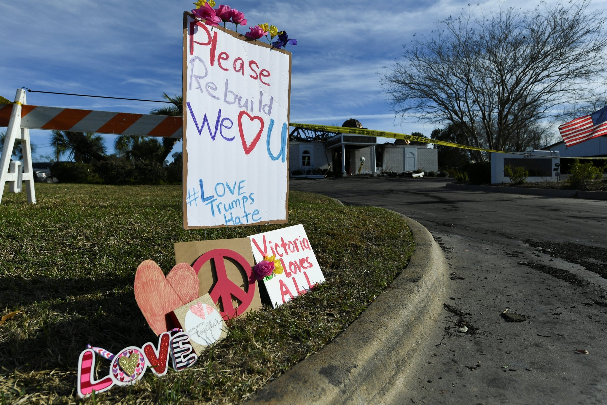 Signs rest outside the Victoria Islamic Center a day after a fire destroyed the mosque in Texas January 29, 2017. (REUTERS Photo)