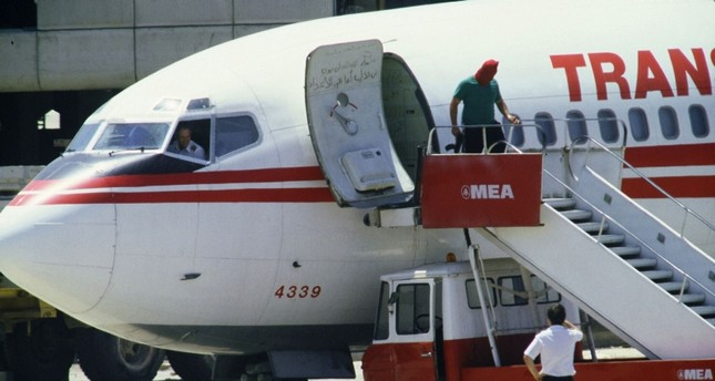 In this file photo taken on June 29, 1985 shows TWA Boeing 727 captain John L. Testrake (L) from Richmond, Missouri, emerges from the cockpit of his hijacked airliner (AFP Photo)