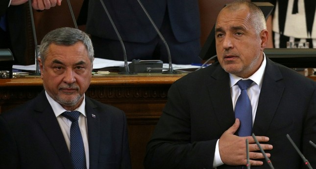 Bulgaria's Prime Minister Boyko Borissov looks at Deputy Prime Minister Valeri Simeonov during a swearing-in ceremony in the parliament in Sofia, Bulgaria May 4, 2017 (Reuters File Photo)