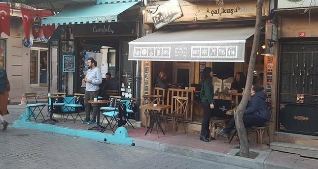 إسطنبول.. في مقاهي بَلاط القطط تشاركك الجلوس دون استئذان
