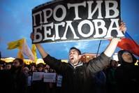 متظاهر يرفع لافتة ضد انتهاكات الشرطة لحقوق المتظاهرين في سان بطرسبورغ (AP)