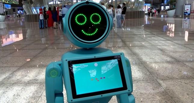 روبوتان محليا الصنع في مطار إسطنبول يفاجئان المسافرين