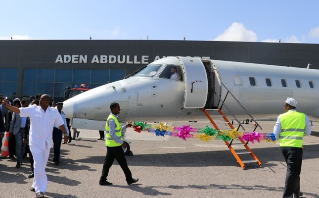 An airplane chartered by Ethiopia's National Airways sits on the tarmac at Aden Abdulle international airport in Mogadishu, on October 13, 2018, after a first commercial flight in 41 years between Addis Ababa and the Somalian capital. (AFP Photo)