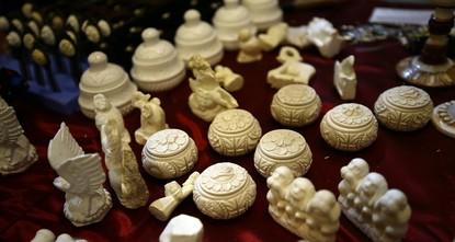 تركي يمضي نصف قرن في فن النحت على حجر الإسبيوليت