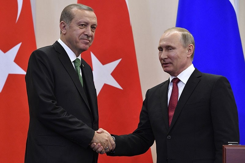 Russian President Vladimir Putin (R) shakes hands with his Turkish counterpart Recep Tayyip Erdou011fan after a joint press conference following their meeting at the Bocharov Ruchei state residence in Sochi on May 3, 2017. (AFP Photo)
