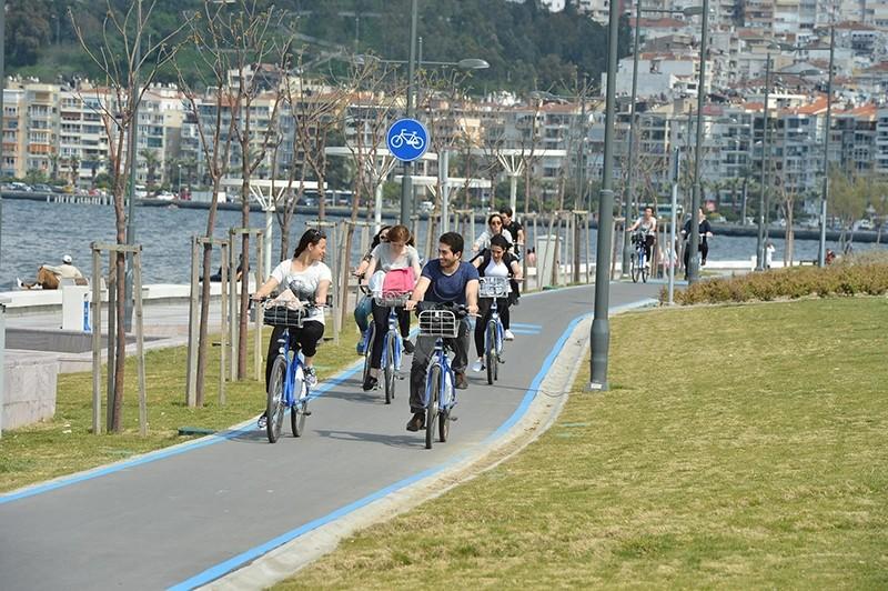 Bicycle riders enjoy a sunny day in Turkey's western u0130zmir province. (DHA Photo)