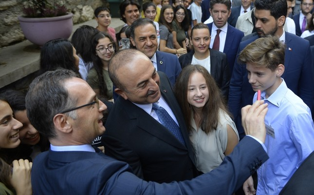 Foreign Minister Mevlüt Çavuşoğlu and German Foreign Minister Heiko Maas take a selfie with the students of the German high school in Istanbul, Sept. 6.