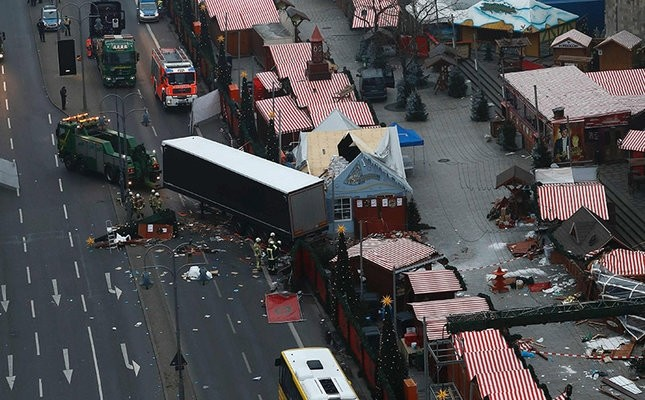 Forensic experts examine the scene around a truck that crashed into a Christmas market on Dec. 20, 2016 in Berlin. (AFP Photo)