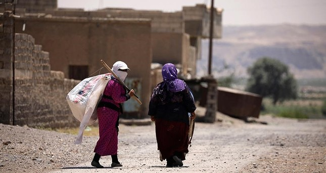 Two women walk with a white flag in western Raqqa province,Syria June 18, 2017 (Reuters Photo)