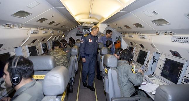 رئيس الأركان التركي على متن طائرة الإنذار المبكر والتحكم من الجو التركية  (وكالة الأناضول للأنباء)