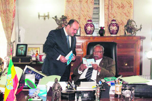 Former Ethiopian President Girma Wolde-Giorgis, who was in office from 2001 to 2013, reading a Fetullah Gu00fclen pamphlet.