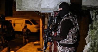 pTeams from the anti-terror branch of the Istanbul Police Department have detained 35 Daesh suspects during operations in Istanbul's Sultanbeyli and Pendik districts./p