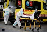 التعامل مع إحدى حالات الإصابة في إسبانيا رويترز