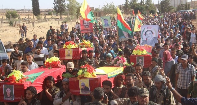 Locals in Kobani carry the coffins of YPG militants.