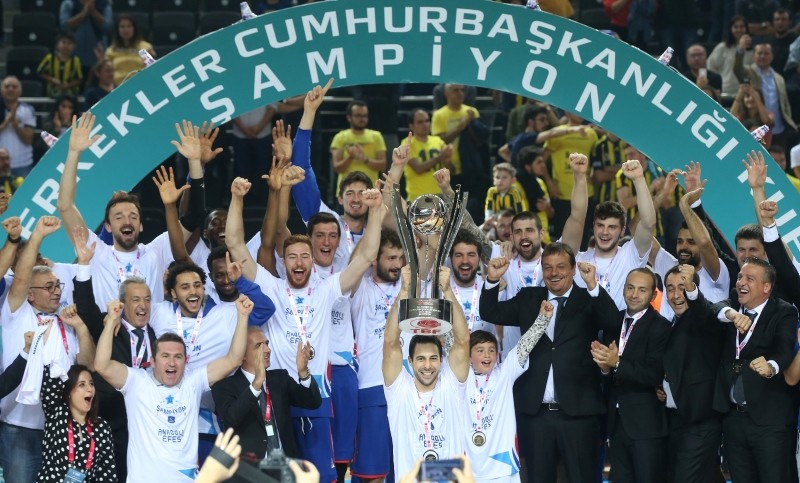 Anadolu Efes lifting the Presidential Cup after beating Fenerbahu00e7e 65-62 in Ankara, 3 Sept. 2018. (AA Photo)