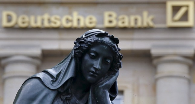 مدخل أحد فروع دويتشه بنك في مدينة فرانكفورت الألمانية  (رويترز)