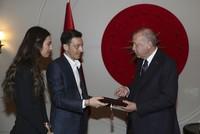 Özil's wedding invitation saddens Germans