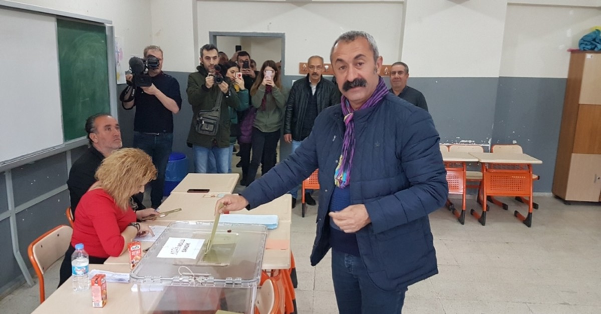 Mau00e7ou011flu poses for a photo as he casts his vote in Tunceli (DHA Photo)