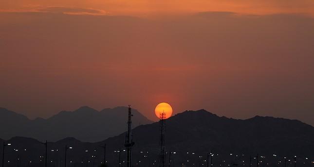 غروب الشمس في أول ايام الحج (رويترز)