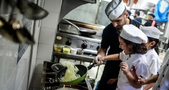 Children of Gaza in kitchen to bake the world a better place