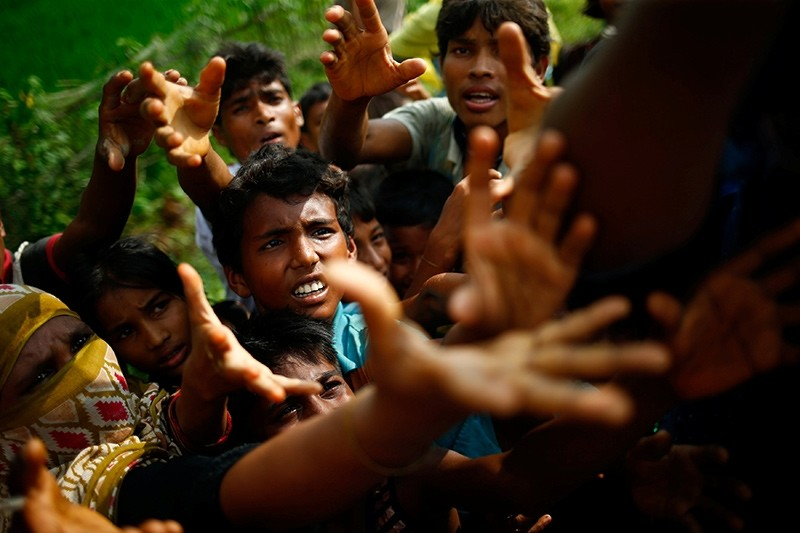 Rohingya refugees stretch their hands for food near Balukhali in Coxu2019s Bazar, Bangladesh, September 4, 2017 (Reuters Photo)