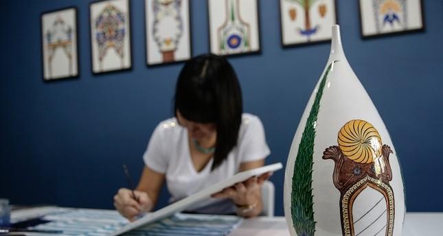 فنانة تركية تنقل فن الزخرفة العثماني من الأضرحة الى اللوحات