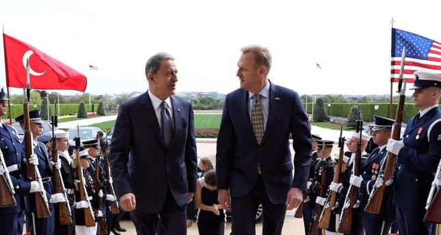 وزير الدفاع التركي مستقبلا نظيره الأمريكي (من الأرشيف)