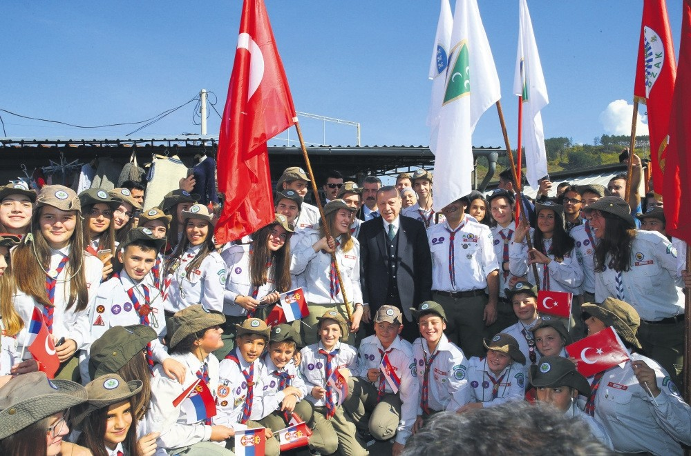 President Erdou011fan poses with a group of young people during his visit to Novi Pazar, Serbia, Oct. 11, 2017.