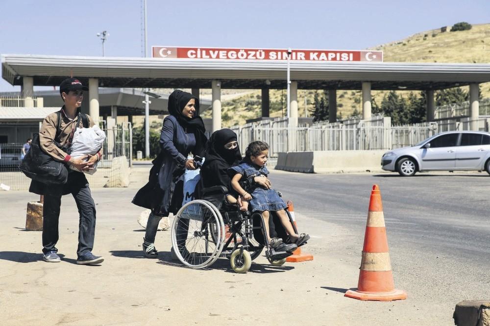 Syrians enter Turkey via Cilvegu00f6zu00fc border crossing.