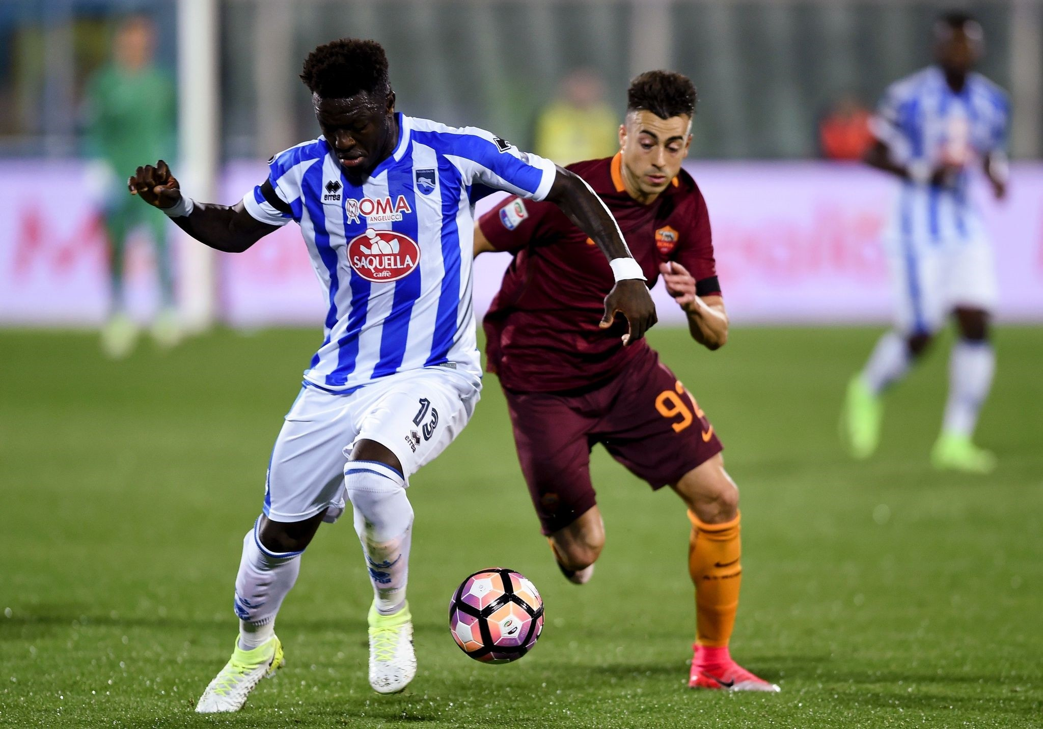 Romau2019s Italian forward Stephan El Shaarawy (R) and Pescara Ghanaian midfielder Sulley Muntari are in action during the Italian Serie A football match between Pescara and AS Roma.