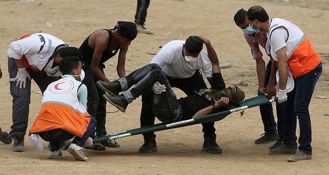 فلسطيني مصاب باختناق إثر استنشاق غاز مسيل للدموع أطلقه الجيش الإسرائيلي على المتظاهرين قرب السياج الأمني الفاصل بين قطاع غزة وإسرائيل (رويترز)