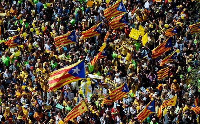 People wave Catalan pro-independence 'estelada' flags during a demonstration to support jailed Catalan leaders and politicians a in Barcelona, Spain, April 15, 2018. (AFP Photo)