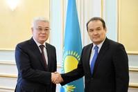 وزير الخارجية الكازخستاني مصافحاً الأمين العام للمجلس التركي (يسار)