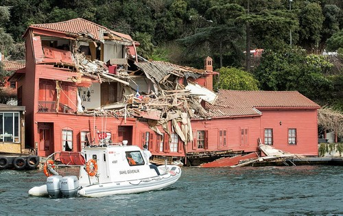 A boat of the coast guard steers towards a historic mansion on the shores of Istanbul's Bosphorus after a tanker accident on April 7, 2018. (AFP Photo)