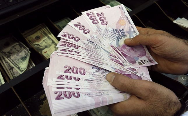 A money changer counts Turkish lira bills at an currency exchange office in Istanbul December 16, 2014. (Reuters Photo)