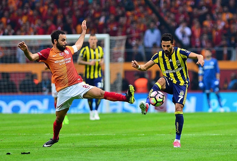 This file photo shows Galatasaray midfielder Selu00e7uk u0130nan (L) and Fenerbahu00e7e midfielder Alper Potuk fighting for the ball during the Super League match at the Tu00fcrk Telekom Stadium in Istanbul, on April 24, 2017. (IHA Photo)