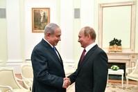 بوتين مستقبلا نتنياهو أمس حيث دار الحديث عن الجنوب السوري (رويترز)