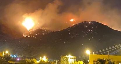 اشتعال حريق ضخم في غابات جبل عمد في منطقة مكة المكرمة