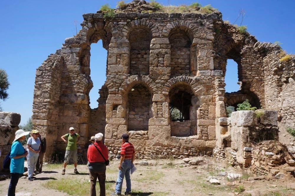 Academy members visit the ruins at Nysa on the Maeander in Aydu0131n.