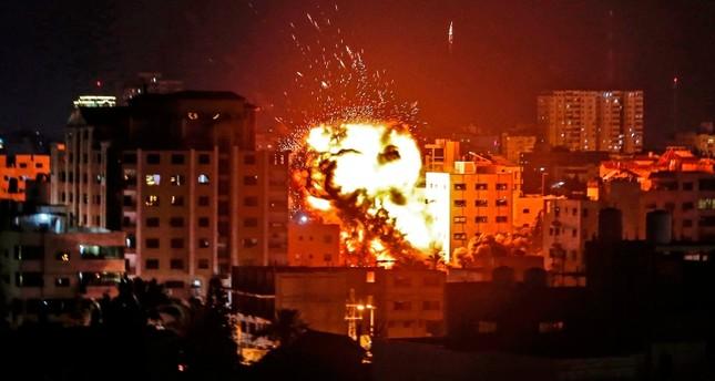 أرشيفية- قصف إسرائيلي على منزل بقطاع غزة (وكالة الأنباء الفرنسية)